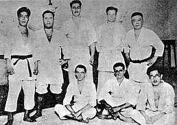 Maeda em pé à direita e seus primeiros alunos.